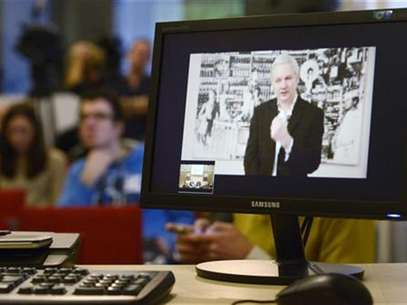WikiLeaks founder Julian Assange, speaking during a teleconference from Ecuador's embassy in central London, is pictured on a screen during a news conference in Brussels November 27, 2012. Foto: Eric Vidal / Reuters