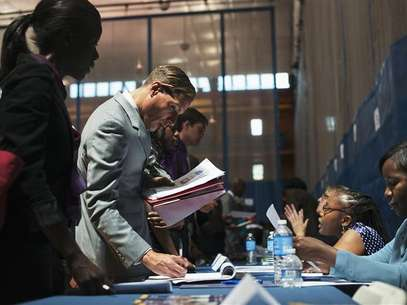 Job seekers speak to recruiters at a job fair sponsored by the New York Department of Labor in New York, June 7, 2012. Foto: Keith Bedford / Reuters
