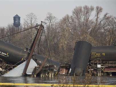 Derailed freight train cars sit semi-submerged in the waters of Mantua Creek in Paulsboro, New Jersey, November 30, 2012. A rail bridge collapsed on Friday over a creek in southern New Jersey, causing a Conrail freight train to derail and spill hazardous chemicals into the water, authorities said. Five tanks of the freight train, which was carrying vinyl chloride, fell into the Mantua Creek, which feeds into the Delaware River near Philadelphia, the U.S. Coast Guard said. Foto: Andrew Burton / Reuters