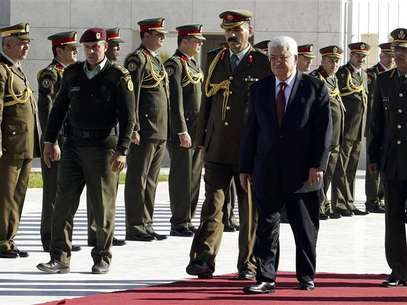 Palestinian President Mahmoud Abbas (2nd R) reviews an honour guard during a ceremony in the West Bank city of Ramallah December 2, 2012. Israel said on Sunday it was withholding this month's transfer of tax revenues to the Palestinian Authority, after the United Nations' de facto recognition of a Palestinian state. Foto: Nasser Shiyoukhi / Reuters
