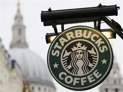 St Paul's Cathedral is pictured behind signage for a Starbucks coffee shop in London October 8, 2012. Picture taken October 8, 2012. Foto: Luke Macgregor / Reuters