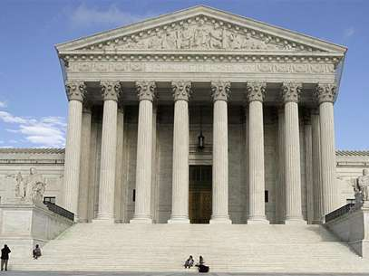 People relax on the steps of the U.S. Supreme Court in Washington, March 25, 2012. Foto: Stelios Varias / Reuters