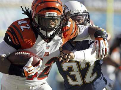 Cincinnati Bengals running back BenJarvus Green-Ellis (42) is pushed out-of-bounds by San Diego Chargers free safety Eric Weddle (32) after a 41-yard run in the first half of their NFL football game in San Diego, California December 2, 2012. Foto: Alex Gallardo / Reuters
