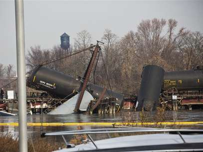 Derailed freight train cars sit semi-submerged in the waters of Mantua Creek after a train crash in Paulsboro, New Jersey November 30, 2012. A rail bridge collapsed on Friday over a creek in southern New Jersey, causing a Conrail freight train to derail and spill hazardous chemicals into the air and water, authorities said. Foto: Andrew Burton / Reuters