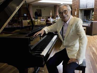 Dave Brubeck sits next to a piano in Monterey, California, September 22, 2007. A jazz giant for more than half a century, pianist Dave Brubeck has no intention of quietly passing his golden years at home relaxing with his wife, with whom he just celebrated his 65th anniversary. Foto: Kimberly White (UNITED STATES) / Reuters