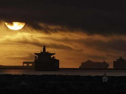A cargo ship is pictured at the Port of Long Beach, California December 4, 2012. Striking harbor clerks and management at the twin ports of Los Angeles and Long Beach agreed to federal mediation on Tuesday in a bid to end a week-old labor clash that has idled most of America's biggest cargo shipping complex. Foto: Mario Anzuoni / Reuters