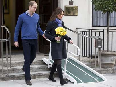 William y Kate dejan el hospital donde ella estuvo internada, ayer, en Londres. Una enfermera del hospital que recibi una 'llamada en broma', se quit la vida. Foto: AP