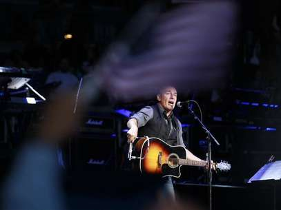 Bruce Springsteen performs for U.S. President Barack Obama at an election campaign rally in Columbus, Ohio, November 5, 2012, on the eve of the U.S. presidential elections. Foto: Jason Reed / Reuters
