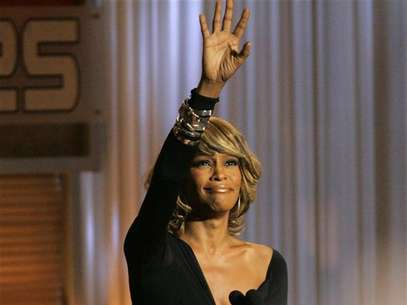 "Singer Whitney Houston waves at the taping of ""25 Strong: The BET Silver anniversary celebration"" at the Shrine auditorium in Los Angeles on October 26, 2005. Foto: Mario Anzuoni / Reuters"