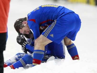 Mamayev (sentado) e Dzagoev comemoram no meio da neve, fora do campo, o segundo gol do CSKA Foto: Getty Images