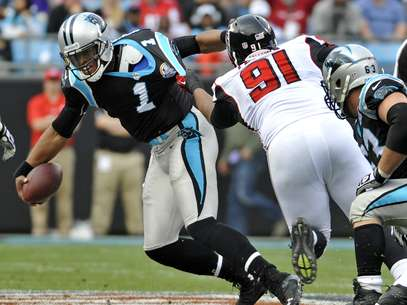 Carolina Panthers' Cam Newton (1) pulls away from the tackle of Atlanta Falcons' Corey Peters (91) during the first half of an NFL football game in Charlotte, N.C., Sunday, Dec. 9, 2012. Foto: AP in English