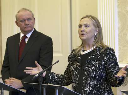La secretaria norteamericana de Estado, Hillary Rodham Clinton, aplaz el inicio de una nueva gira debido a un virus estomacal, dijo el Departamento de Estado, el domingo 9 de diciembre de 2012. En la imagen, Clinton con el viceprimer ministro de Irlanda del Norte, Martin McGuinness, en Belfast, el viernes 7 de diciembre, durante una gira de cuatro das por Europa.  Foto: Paul Faith / AP