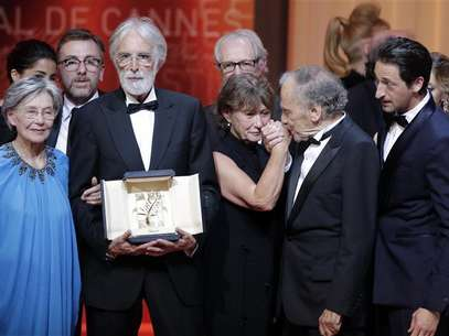 "Director Michael Haneke (2ndL), actress Emmanuelle Riva (L) and actor Jean-Louis Trintignant (2ndR) react after receiving the Palme d'Or award for the film ""Amour"" (Love) during the awards ceremony of the 65th Cannes Film Festival, May 27, 2012. Foto: Eric Gaillard / Reuters"