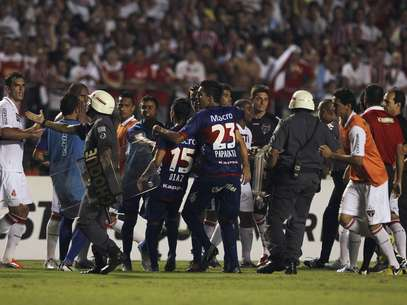 Sao Paolo and Tigre players brawl on the pitch. At halftime, Tigre players allege that they were physically attacked and threatened with guns. They refused to play the second half.  Foto: Reuters In English