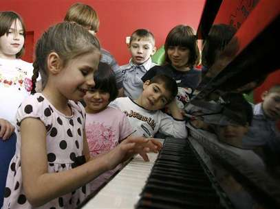 Orphan children play music at an orphanage in the southern Russian city of Rostov-on-Don, December 19, 2012. Foto: Vladimir Konstantinov / Reuters
