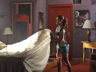 Rosângela (Paloma Bernardi) vai arrumar um dos quartos do bordel e encontra as roupas que Waleska (Laryssa Dias), Morena (Nanda Costa) e Jéssica (Carolina Dieckmann) esconderam Foto: TV Globo / Divulgação