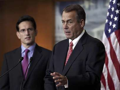 U.S. House Speaker John Boehner (R-OH) (R) and House Majority Leader Eric Cantor (R-VA) speak to the media on the &quot;fiscal cliff&quot; on Capitol Hill in Washington, December 21, 2012. Foto: Yuri Gripas / Reuters