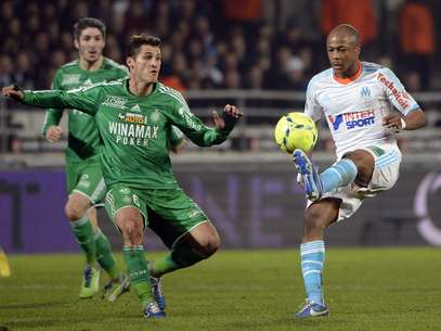 Saint-Etienne's French midfielder Jeremy Clement (L) vies for the ball with Marseille's Ghanaian forward Andre Ayew during the French L1 football match between Marseille and Saint-Etienne on December 23, 2012, at the Velodrome stadium in Marseille, southern France. Foto: Getty Images