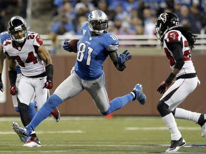 Detroit Lions wide receiver Calvin Johnson (C) carries the ball between Atlanta Falcons safety Chris Hope (L) and cornerback Dunta Robinson. Foto: Rebecca Cook / Reuters
