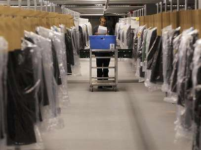 Associate Joseph Rodeheaver fills clothing orders at the Macy's-Bloomingdale's fulfillment center in Martinsburg, West Virginia in this December 6, 2012 file photograph. Macy's Inc recently opened a facility the size of 43 football fields - big enough to stock 1 million pairs of shoes - just to fulfill orders made online. Foto: Gary Cameron / Reuters