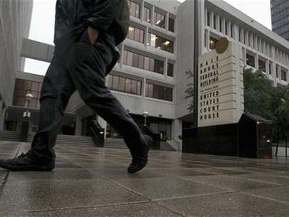 Rain falls outside a federal courthouse as New Orleans police officers convicted in the deadly shootings of unarmed civilians on the Danziger Bridge and a subsequent cover-up after Hurricane Katrina, await sentencing in New Orleans in this file photo dated April 4, 2012. Foto: Sean Gardner / Reuters