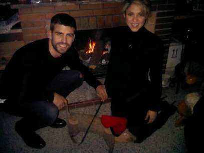 Gerard Pique and Shakira enjoy the Christmas holiday together in front of the fireplace. Foto: Twitter/Gerard Pique
