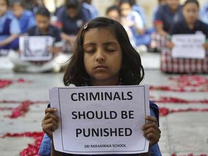 Estudante pede punição aos criminosos em um protesto pela morte da jovem de 23 anos vítima de um estupro coletivo Foto: AP