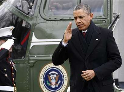 U.S. President Barack Obama (R) salutes as he returns via Marine One from a Christmas visit with his family in Hawaii, to the White House in Washington, December 27, 2012. Foto: Jonathan Ernst / Reuters
