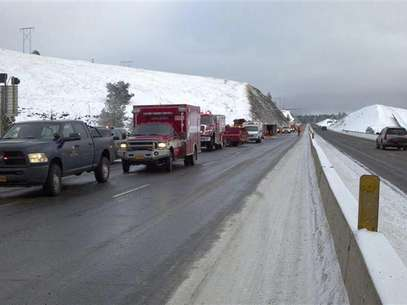 Rescue personnel respond to the scene of a charter bus crash on I-84, east of Pendleton, Oregon in this December 30, 2012 handout photo. Five people were killed and at least 20 injured in the incident. Police said the bus may have gone out of control on the highway before crashing through a guardrail and down an embankment. Foto: Oregon State Police / Reuters