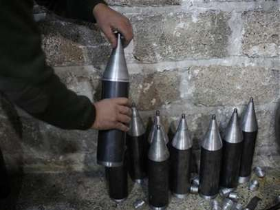 A Free Syrian Army fighter makes homemade missiles at a workshop in north Aleppo December 29, 2012. Foto: Ahmed Jadallah / Reuters