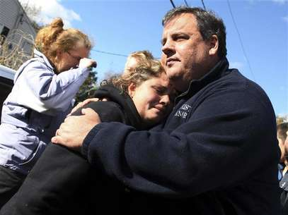 New Jersey Governor Chris Christie comforts Kerri Berean whose home was damaged by Hurricane Sandy in Little Ferry, New Jersey, November 3, 2012 in this handout image courtesy of the governor's office. Foto: New Jersey Governor's Office / Reuters