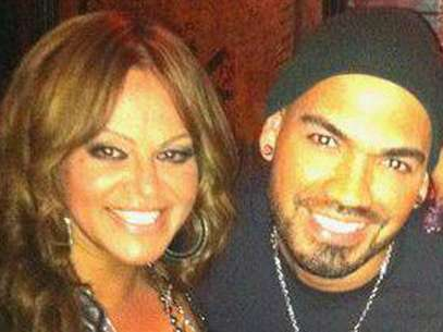 Jenni Rivera (L) poses alongside her makeup artist Jacob Yebale (R) in this picture posted on his Facebook account. Foto: Facebook