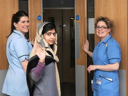 Pakistani schoolgirl Malala Yousufzai (C) waves with nurses as she is discharged from The Queen Elizabeth Hospital in Birmingham in this handout photograph released on January 4, 2013. Foto: Queen Elizabeth Hospital Birmingham / Reuters