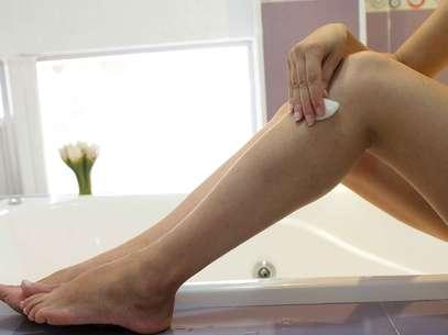 Ideal para atenuar o inchaço das pernas cansadas, receita à base de álcool etílico e arnica promete diminuir o incômodo e devolver a vitalidade aos membros inferiores  Foto: Gis Ciasca