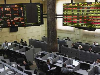 Traders work at the Egyptian stock exchange in Cairo January 3, 2013. Foto: Asmaa Waguih / Reuters