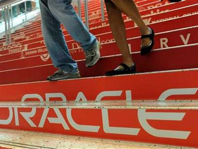 Attendees walk down branded steps at the 29th Oracle OpenWorld in San Francisco October 2, 2011. Foto: Susana Bates / Reuters