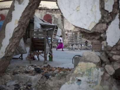 A woman walks past buildings damaged by the 2010 earthquake in downtown Port-au-Prince, Haiti, Wednesday, Jan. 9, 2013. Foto: AP