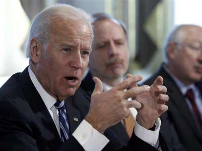 U.S. Vice President Joe Biden (3rd L) convenes a meeting with representatives from the video game industry, in a dialogue about gun violence, in his office in Washington, January 11, 2013. Foto: Jonathan Ernst (UNITED STATES - Tags: POLITICS) / Reuters