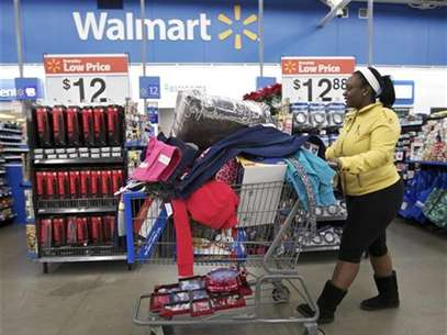 Tasha heads to checkout at a Walmart Store in Chicago, November 23, 2012. Foto: John Gress / Reuters