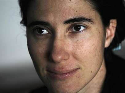 Cuban dissident blogger Yoani Sanchez listens to a question during an interview with Reuters at her home in Havana, in this February 9, 2011 file photo. Foto: Desmond Boylan / Reuters