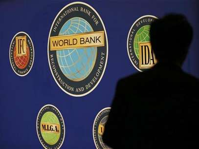 A man is silhouetted against the logo of the World Bank at the main venue for the International Monetary Fund (IMF) and World Bank annual meeting in Tokyo October 10, 2012. Foto: Kim Kyung-Hoon / Reuters