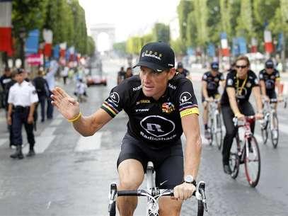 Americano Lance Armstrong acena durante desfile final da Volta da França, em julho de 2010 Foto: Francois Lenoir / Reuters