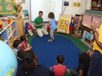Alexandre Lopes trabalha com um programa de inclusão para crianças com autismo em sala de aula Foto: Macy's/Divulgação