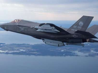The U.S. Marine Corps version of Lockheed Martin's F35 Joint Strike Fighter, F-35B test aircraft BF-2 flies with external weapons for the first time over the Atlantic test range at Patuxent River Naval Air Systems Command in Maryland in a February 22, 2012 file photo. Foto: Lockheed Martin / Reuters