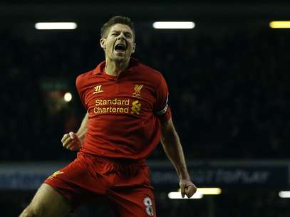 Steven Gerrard celebrates his goal in a 5-0 thrashing over Norwich.  Foto: Reuters In English
