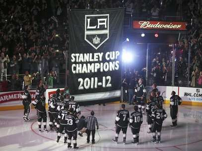 Los Angeles Kings players watch as their Stanley Cup championship banner is raised at the Staples Center before their NHL hockey game against the Chicago Blackhawks in Los Angeles, California, January 19, 2013. Foto: Lucy Nicholson / Reuters