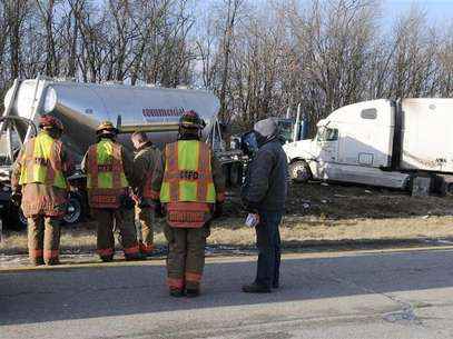 Ohio authorities respond to multi-car crash on Interstate 275 between Hamilton and Colerain avenue exits in Colerain Township, northwestern Hamilton County, near Cincinnati, Ohio January 21, 2013. Foto: Joe Wessels / Reuters