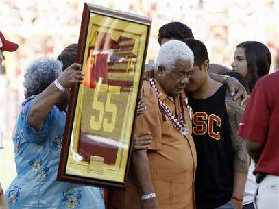 Family members hold up a No. 55 jersey as part of a ceremony held in memory of the late former USC Trojans, San Diego Chargers and NFL linebacker Junior Seau after the first quarter of the NCAA football game between the USC Trojans and the Hawaii Warriors in Los Angeles September 1, 2012. Foto: Danny Moloshok / Reuters