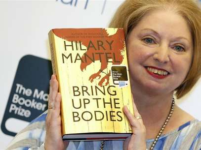 Author Hilary Mantel poses with her book &quot;Bring up the Bodies&quot;, after winning the 2012 Man Booker Prize, at the Guildhall in London October 16, 2012. Foto: Luke MacGregor / Reuters