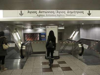 Commuters stand in front of closed escalators at a metro station in Athens January 24, 2013. Foto: John Kolesidis / Reuters